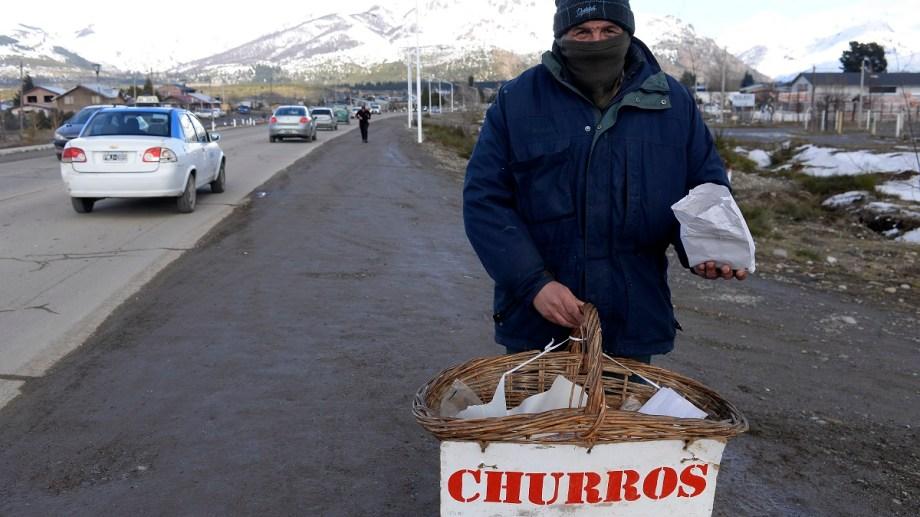Los vendedores ambulantes buscan un ingreso para pasar la cuarentena en Bariloche. Foto: Alfredo Leiva