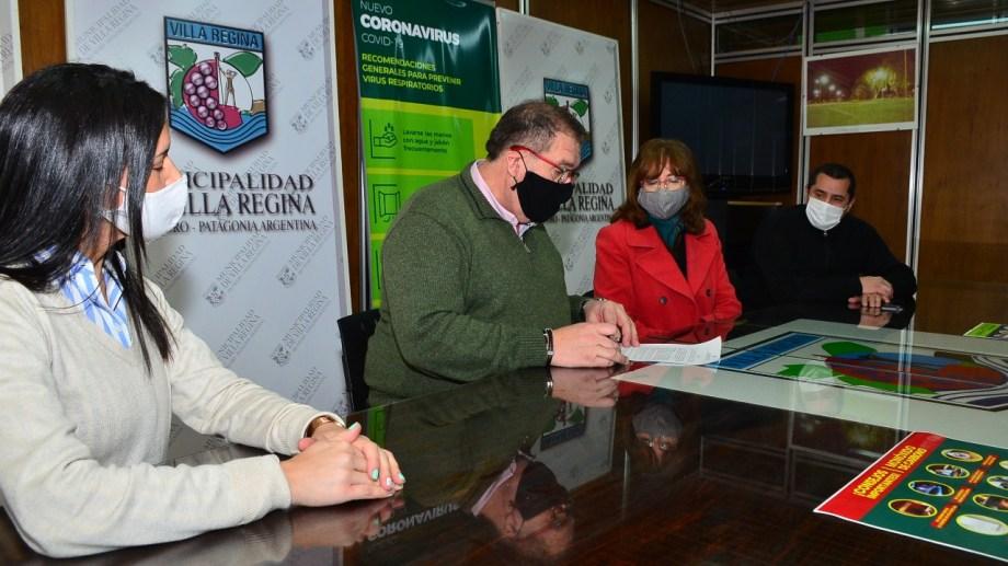 El intendente de Regina y la decana de la Facultad de Alimentos, acordaron asistir con viandas a merenderos. (Foto Néstor Salas)