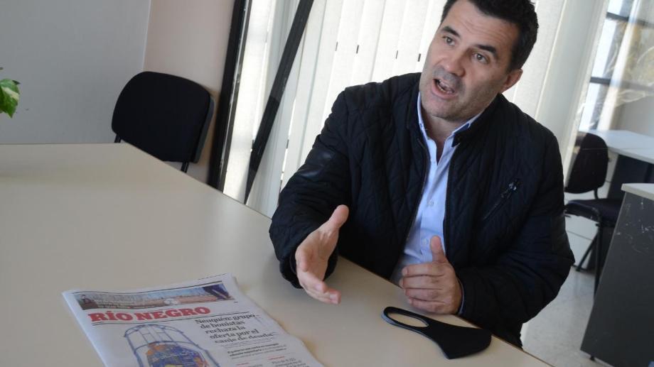 El legislador tiene 45 años, es nacido en Ingeniero Huergo, y tiene trayectoria política en la provincia de Neuquén. Yamil Regules