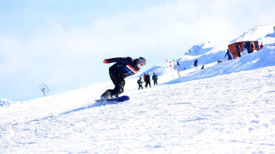 Las pistas del cerro Perito Moreno abrieron el fin de semana, dando inicio a la temporada de esquí solo para locales. Foto: Gentileza