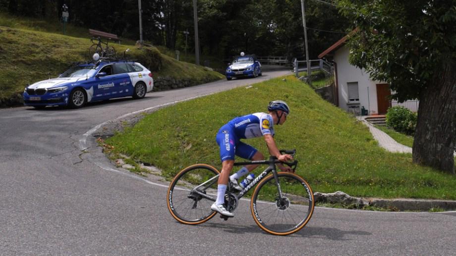 El ciclista perdió el control de su bicicleta y cayó en un barranco desde nueve metros de altura.