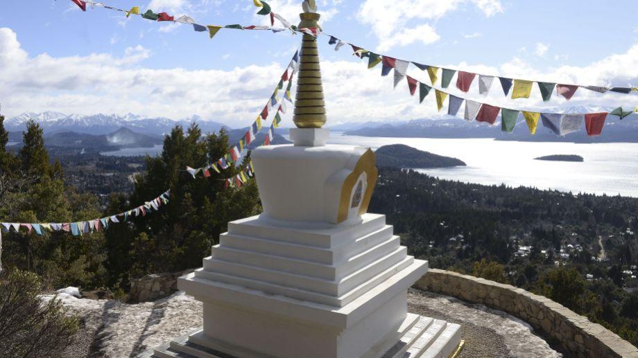 La stupa de la iluminación está a un paso del barrio Rancho Grande, en la ladera del cerro Otto. Foto: Alfredo Leiva