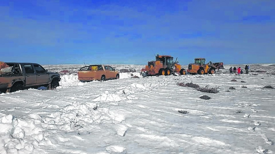 Las maquinarias de Vialidad y vehículos de la provincia trabajan intensamente  para despejar la ruta provincial 67 y el acceso a los campos.