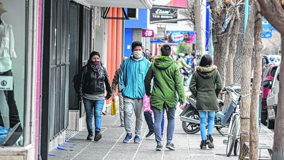 El movimiento en las calles roquenses fue similar a la etapa anterior a los cambios. (Foto: Juan Thomes)