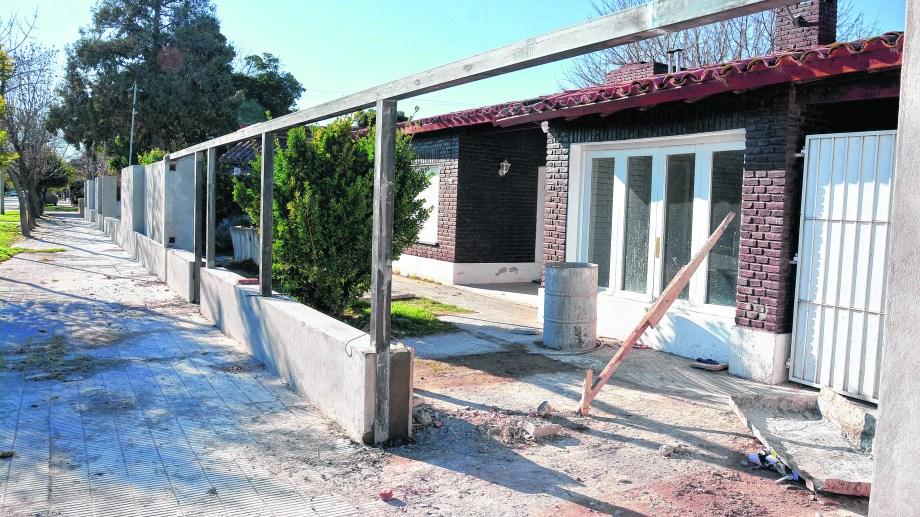 Las viviendas oficiales de calle San Luis actualmente en refacciones, una de ellas se destinará a la gobernadora Carreras. Foto: Marcelo Ochoa.