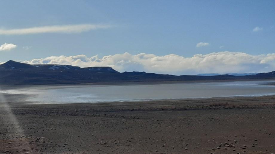 La laguna Carrilaufquen está ubicada a unos 15 kilómetros al norte de Jacobacci, por la ruta provincial N° 6. (Foto: José Mellado)