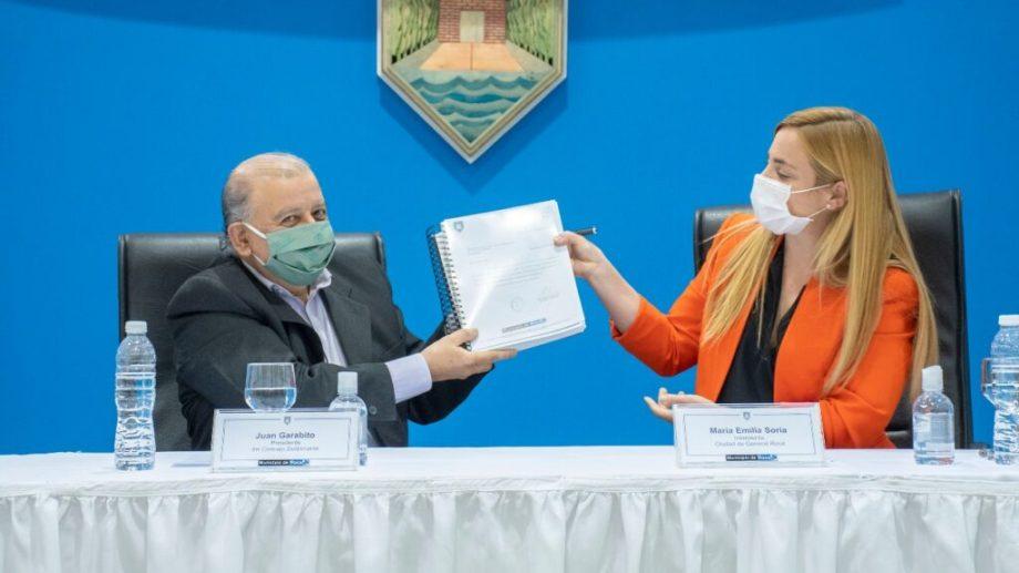 María Emilia Soria entregó el presupuesto al presidente del Concejo Deliberante, Juan Garabito. (foto: gentileza)