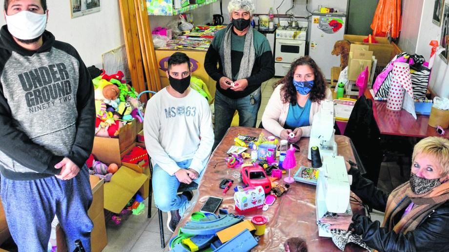 En el barrio 1016 Viviendas, vecinos se organizaron y juntan y reparan juguetes para el Día del Niño. (Foto: Marcelo Ochoa)
