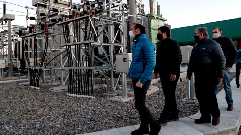 Los funcionario en la Estación Transformadora que abastecerá al norte de  Neuquén Capital (Foto: Gentileza)