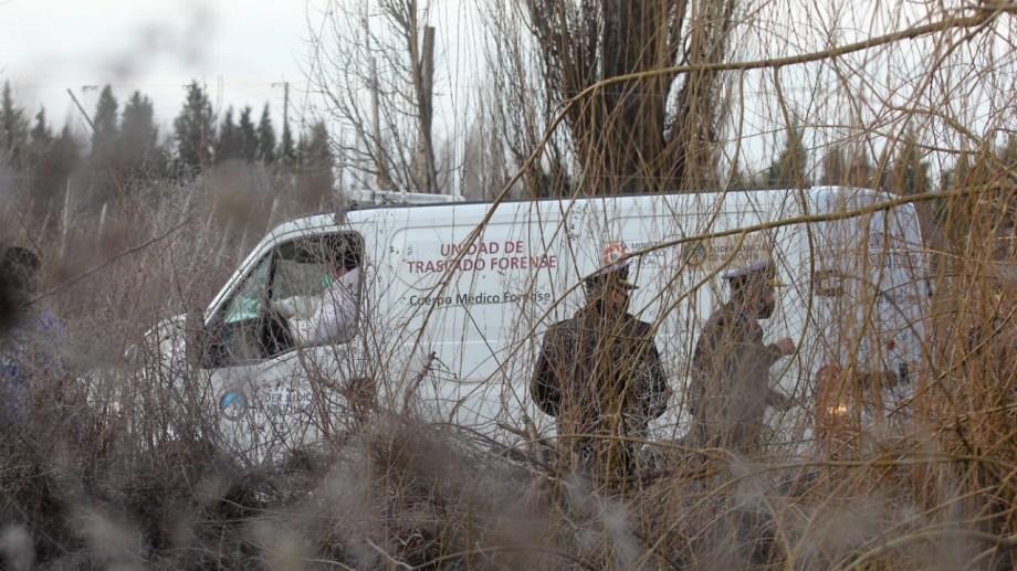 El cuerpo fue hallado ayer en un canal de riego de Centenario. Foto Oscar Livera.