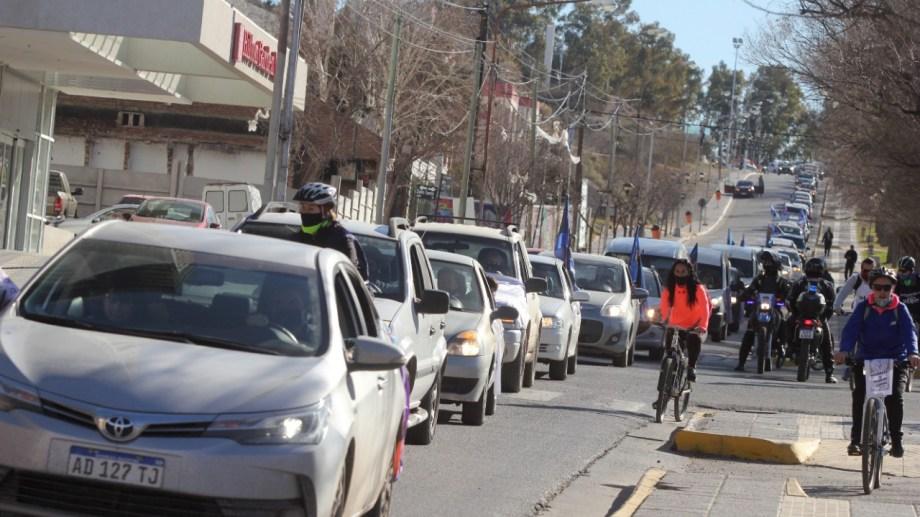 Una larga fila de vehículos copó el tránsito sobre la Avenida Argentina. Foto: Oscar Livera.