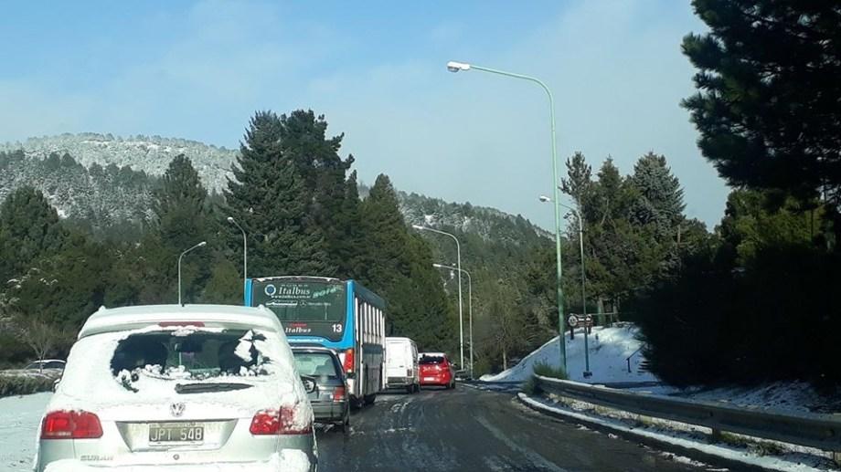 La fila de autos en la Cuesta de los Andes, Ruta 40. Foto gentileza FM de la montaña.