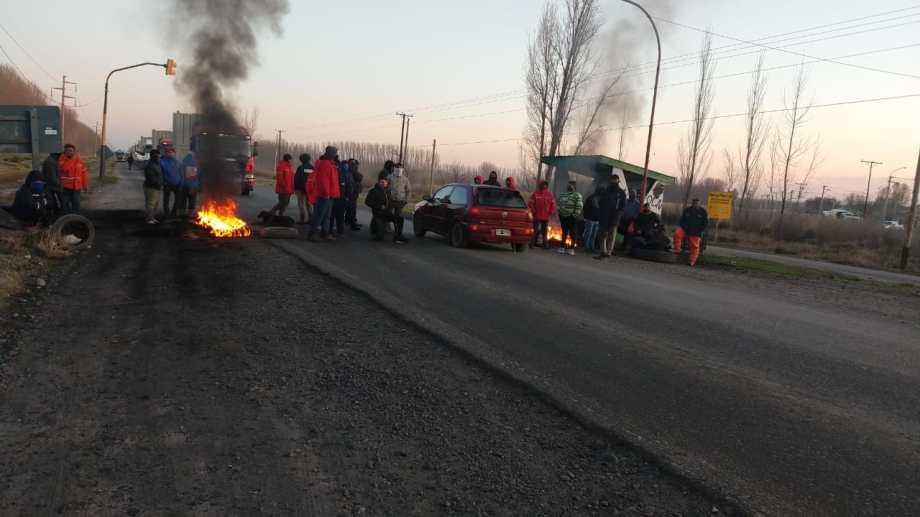 Desocupados cortaron la Ruta 7, a la altura de Picada 5, en San Patricio del Chañar. (Foto: Gentileza).