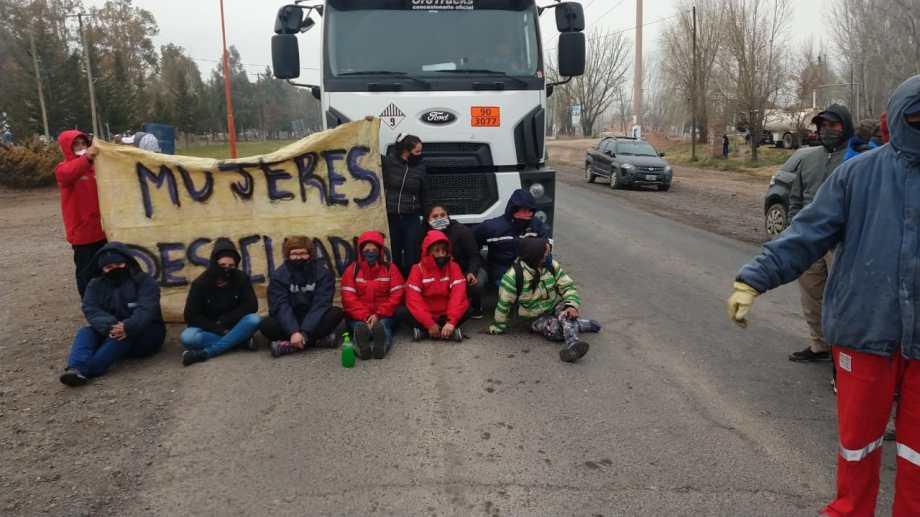 Desocupados de San Patricio del Chañar permanecen en la Ruta 7. Impiden el paso de vehículos petroleros. (Foto: Gentileza).