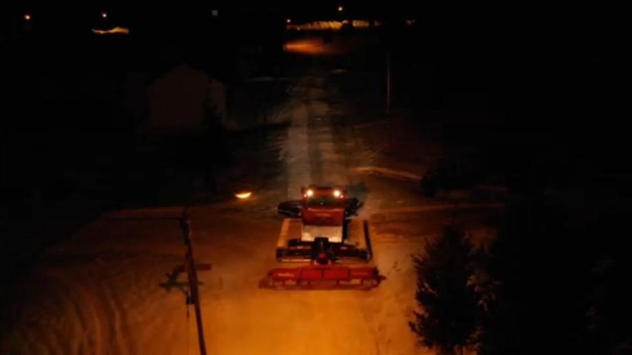 Vista nocturna de Caviahue desde el drone cuando pasa la máquina. Captura de video.