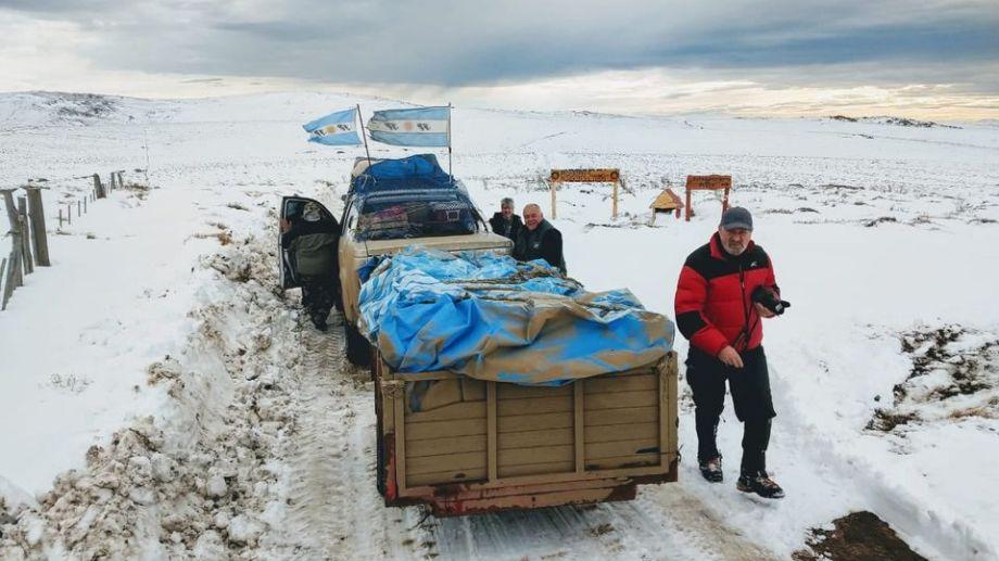 Los caminos estaban colmados de nieve pero llegaron a destino para entregar la ayuda. Fotos Gentileza
