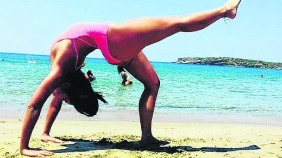 Hizo yoga en la isla de Siros, en el archipiélago de las Cícladas, sobre aguas del mar Egeo.