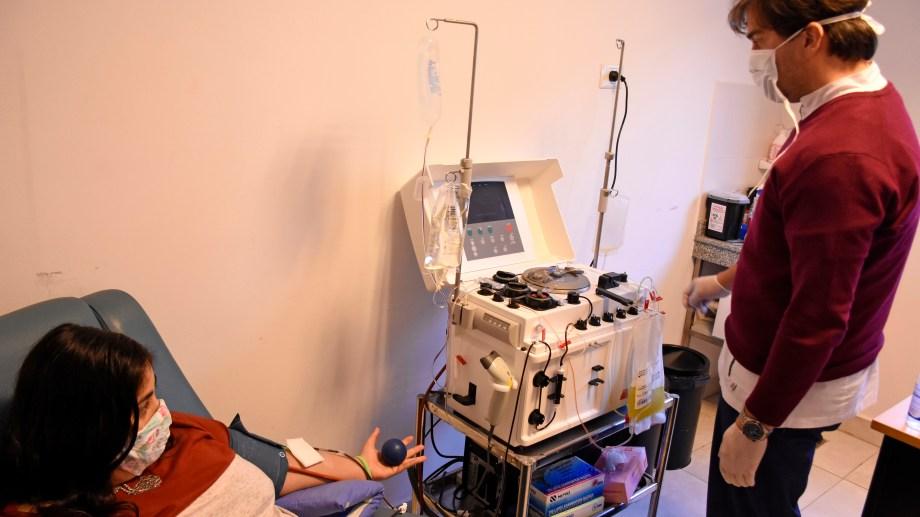 Una hora es lo que dura el procedimiento. La mayoría de las personas recuperadas concurren al Centro Regional de Hemoterapia. Foto Florencia Salto.