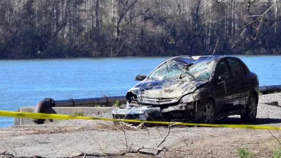 El auto de la víctima, tras ser rescatado del río Negro. Fotos: Marcelo Ochoa.