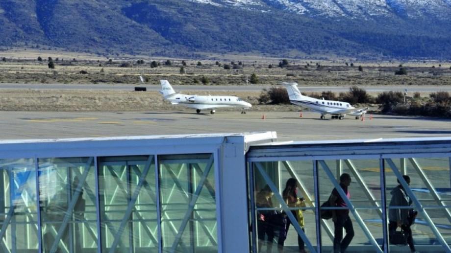 Los aviones privados llegan a la pista de aterrizado del aeropuerto de Bariloche a diario. Foto archivo