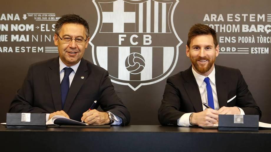 Otros tiempos, en la misma mesa. Bartomeu, presidente del Barcelona, junto a Lionel Messi.
