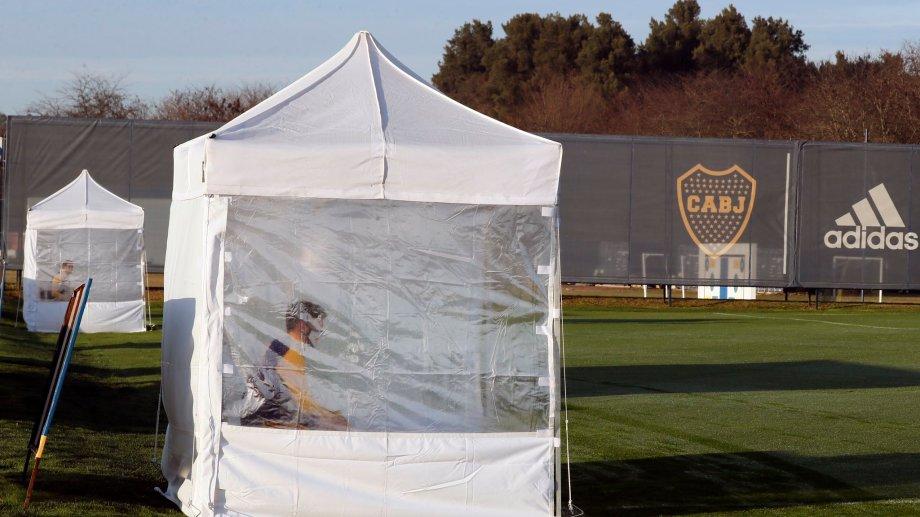 Boca instaló carpas sanitarias para que los jugadores puedan descansar.