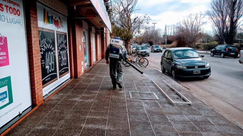 La municipalidad realiza desinfecciones en las veredas de los comercios. (Prensa Municipalidad de Centenario)