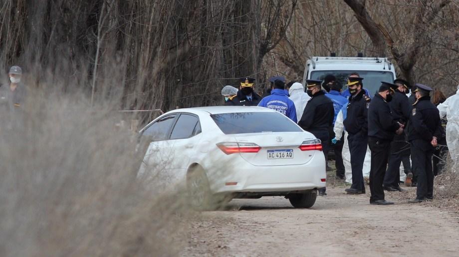 El cuerpo de la mujer se encontró en un canal de riego, cercano al río Neuquén en la calle 4N. Foto: Oscar Livera