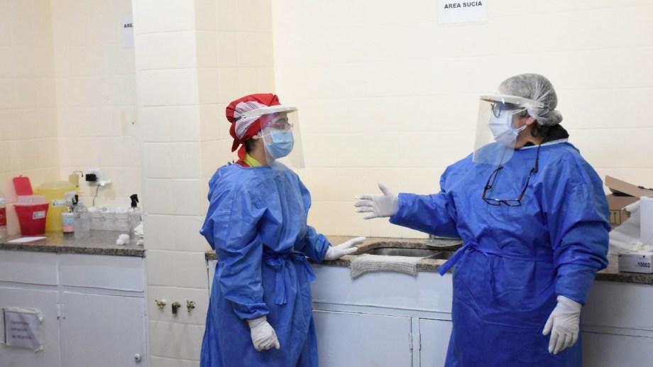 La profesional atiende la guardia en el viejo hospital de Cipolletti. (Foto: Florencia Salto)