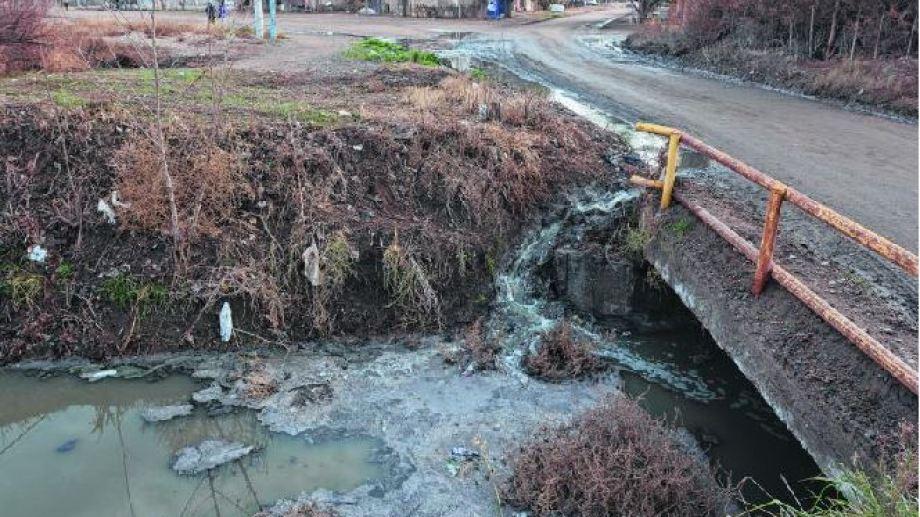 El canal donde derivaban los residuos cloacales también deberá ser saneado. (Foto: archivo)