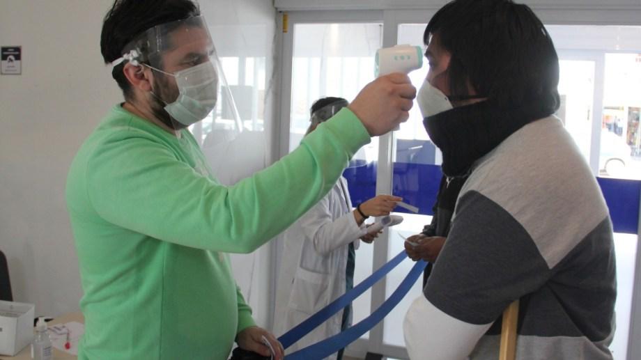 Aplicación del protocolo Covid-19 en el hospital Castro Rendón de Neuquén. (Foto: Oscar Livera)
