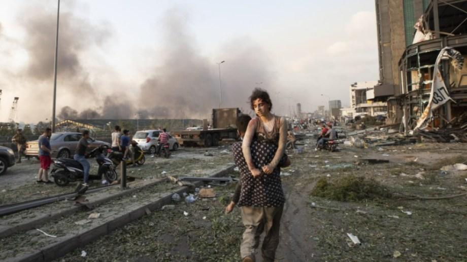 Unas personas evacúan a los heridos luego de una gran explosión en Beirut, Líbano. Foto: AP.-