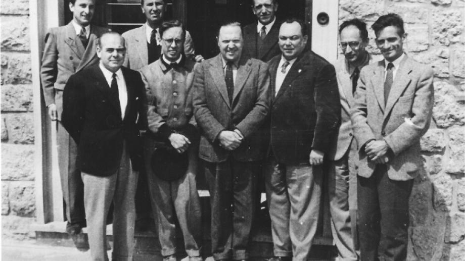 El primer plantel docente del Instituto Balseiro, que comenzó sus primeras clases en agosto de 1955. Foto: Archivo Histórico Centro Atómico Bariloche e Instituto Balseiro.