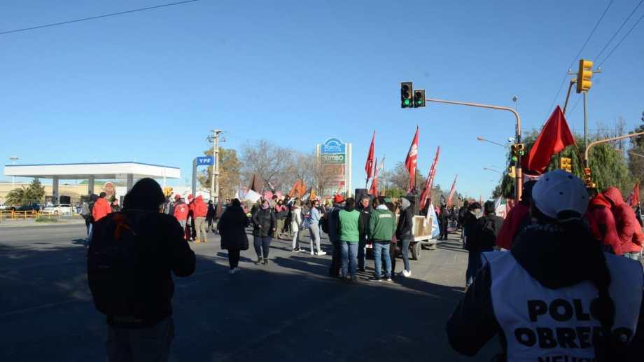 Desde que comenzó el reclamo, los trabajadores recibieron el apoyo de vecinos y organizaciones sociales y políticas. Foto: Yamil Regules