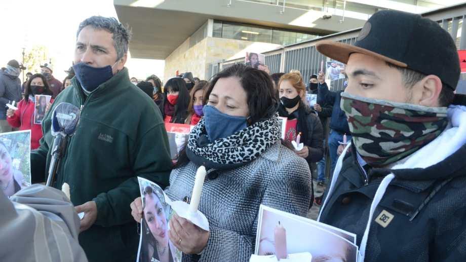 Los padres y el hermano de Florencia marcharon a la Ciudad Judicial de Neuquén al cumplirse cinco meses de la muerte. (Yamil Regules)