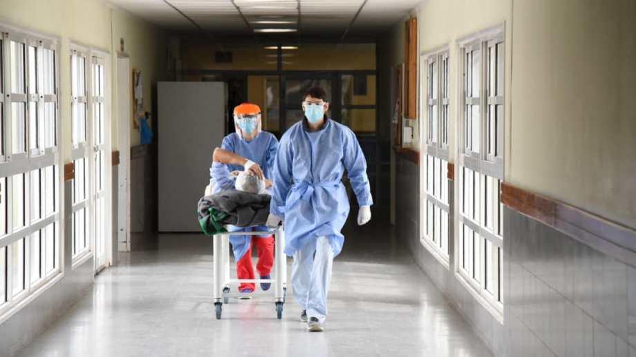 Sin lugar. El hospital de Cipolletti  padece la falta de camas y personal. (foto: Florencia Salto)