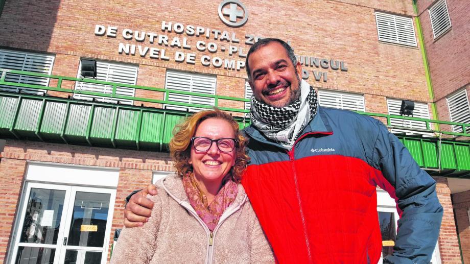 Martín Sapag (Derecha) posa para la foto en el Hospital de Cutral Co y Plaza Huincul. Foto: Archivo.