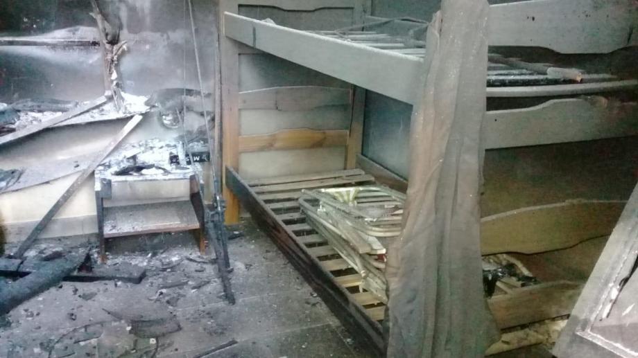 El interior de una cabaña fue alcanzada por el fuego en un nuevo hecho violento en Villa Mascardi. Gentileza