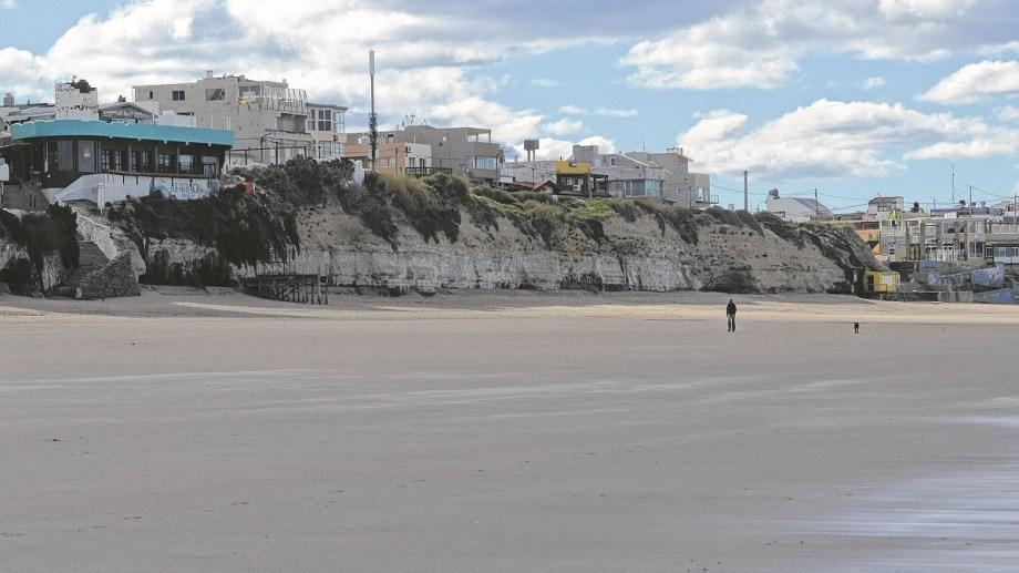 La playa de Las Grutas espera a los visitantes y se preparan los protocolos para hacerlo. Foto: Martín Brunella