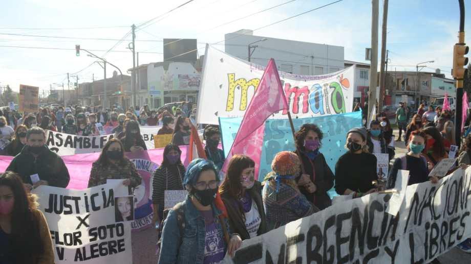 La marcha por el femicidio de Marta Toledo en Centenario comenzó a despalzarse hacia la plaza San Martín. (Foto: Yamil Regules)