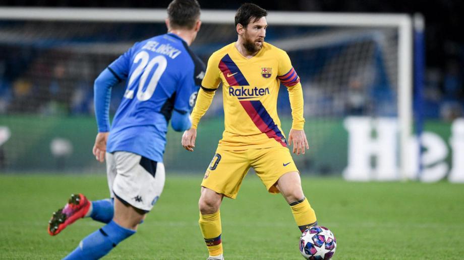 Lionel Messi domina el balón  en el partido de ida jugado en Italia, donde Napoli y Barcelona igualaron 1-1.