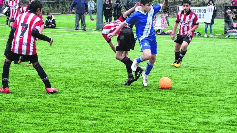 El fútbol infantil en Bariloche convocaba a miles de jugadores hasta marzo pasado, cuando se paralizó todo por la pandemia.   Foto. gentileza