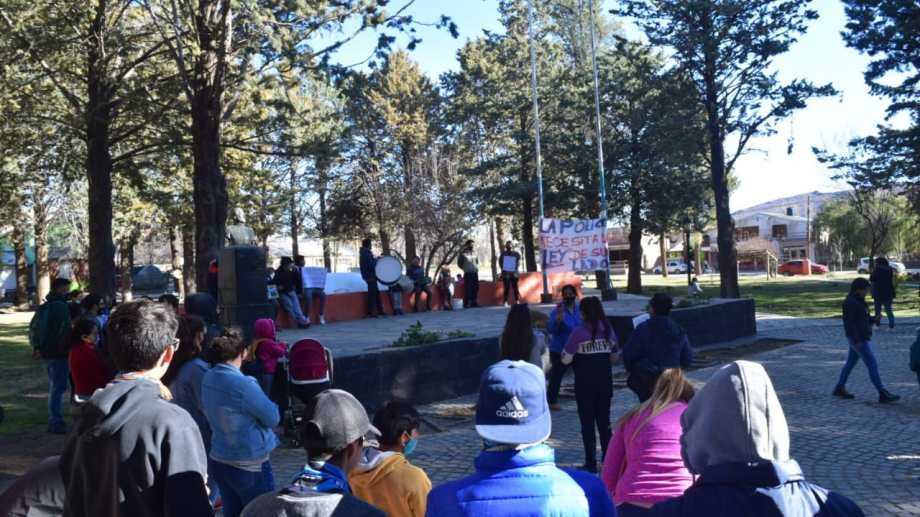 La marcha de esta tarde en Andacollo, pidiendo por la liberación del policía. (Foto: Gentileza)