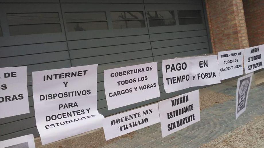 Parte de las acciones que realizaron integrante de la Minoría Multicolor de ATEN en la casa de la ministra de Educación de Neuquén, Cristina Storioni. (Foto: Gentileza)