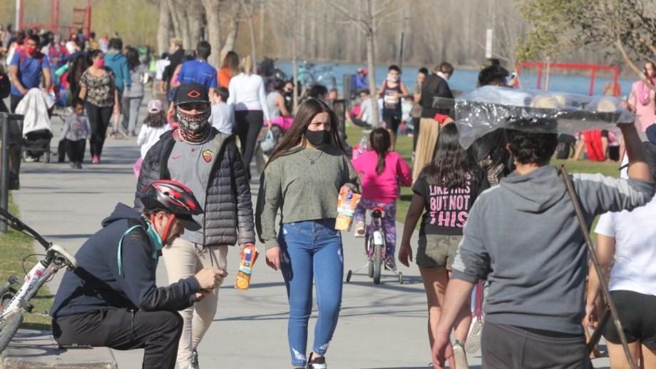 Las salidas recreativas de los domingos reúnen muchas personas en los principales puntos turísticos de Neuquén. (Foto: Oscar Livera)