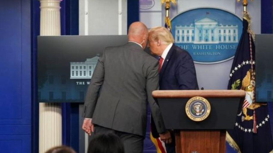 """""""Simplemente va a tener que salir"""", le dijo el agente a Trump.-"""