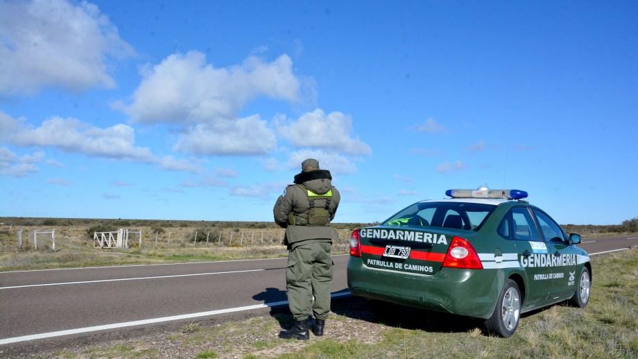 Gendarmería vigila la escena donde el hombre habría sido abatido por la Policía. de Río Negro. Foto:: Marcelo Ochoa