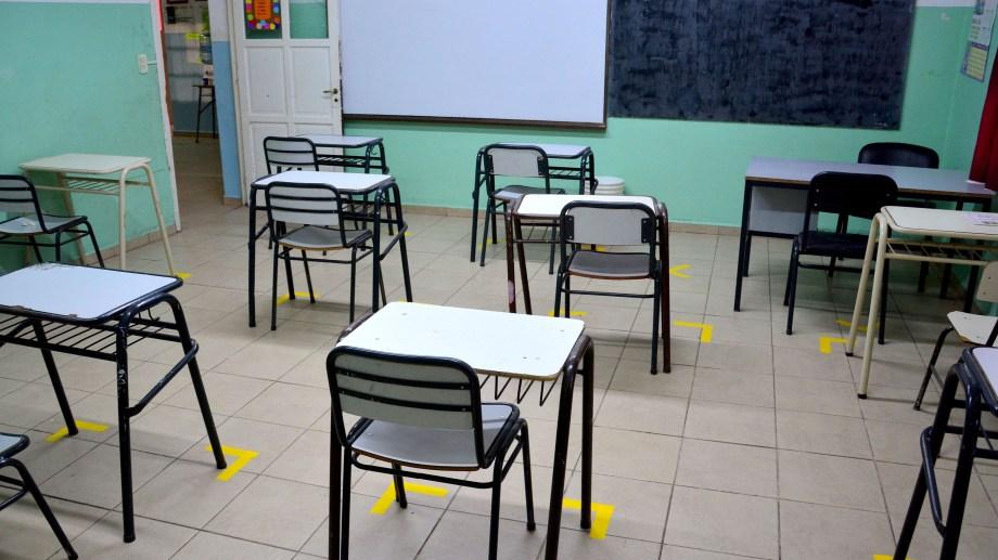 En la escuela primaria N°1 de Viedma ya arman las aulas para la nueva etapa.  Foto: Marcelo Ochoa