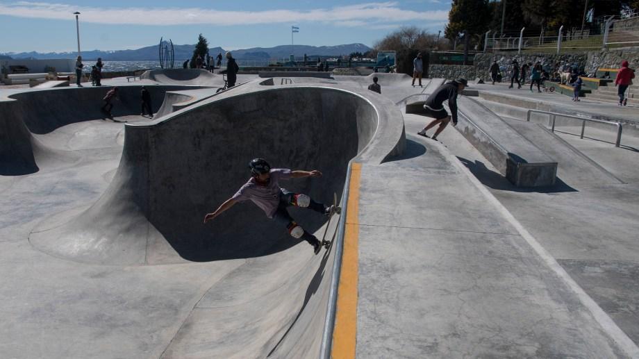 El skate park está ubicado junto al lago Nahuel Huapi. Foto: Marcelo Martínez