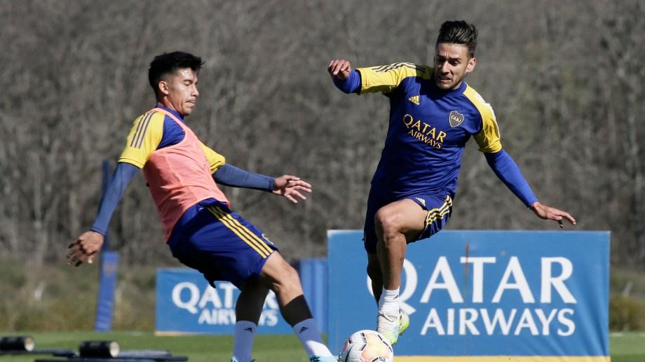 Eduardo Salvio y Pol Fernández, en el entrenamiento de Boca, que mañana partirá a Paraguay para jugar el jueves con Libertad. (Foto/Télam)